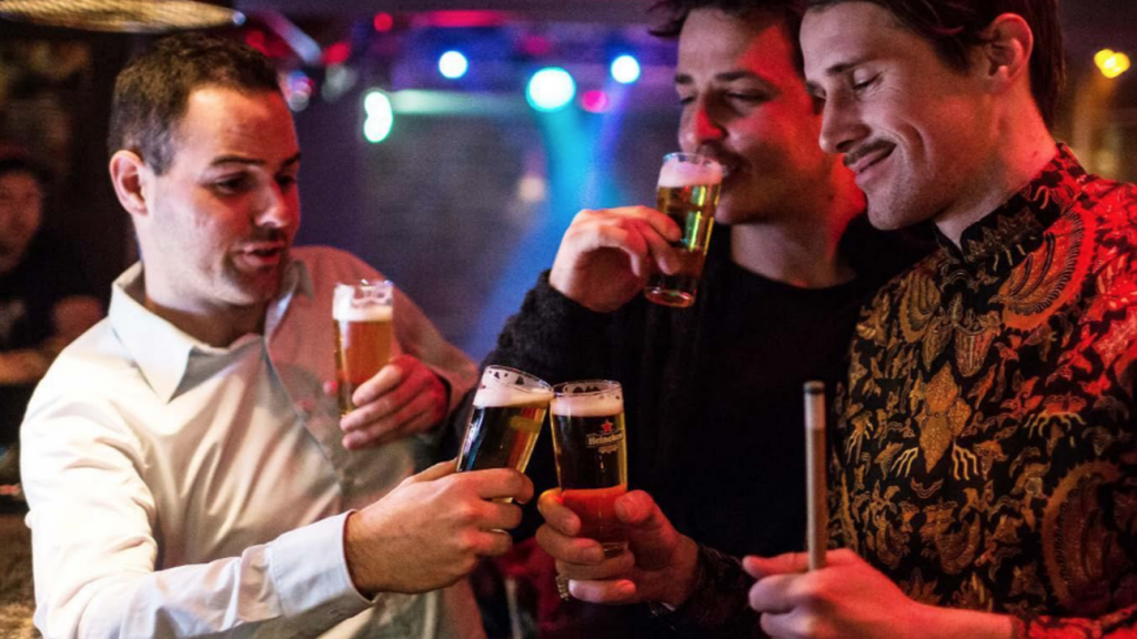 Mannen hebben een avond uit om positief te blijven op blue monday